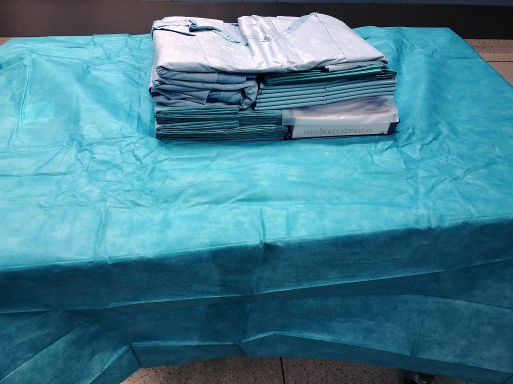 Steriles Set mit Kittel und Tüchern für die OP
