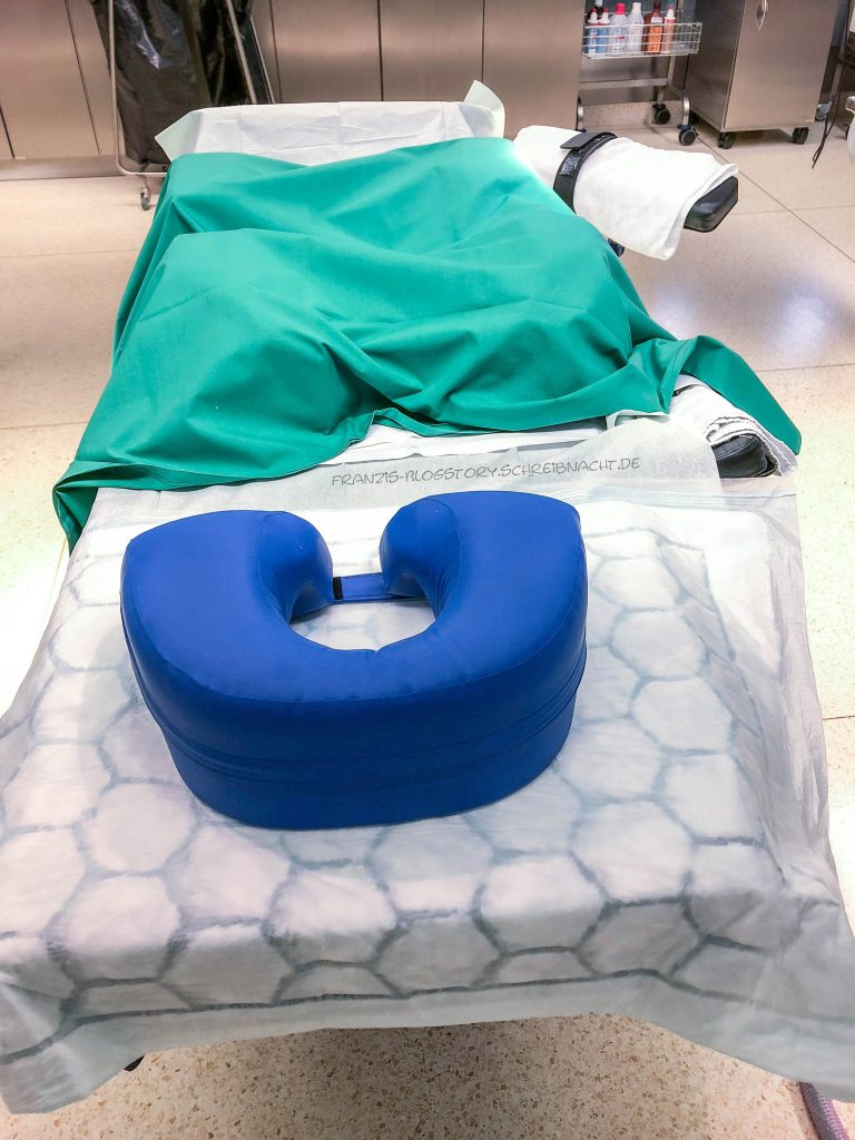 OP-Tisch für die Bauchlage. Die Tücher müssen unbedingt faltenfrei sein, damit der Patienten keine Druckstellen bekommt. franzis-Blogstory.schreibnacht.de