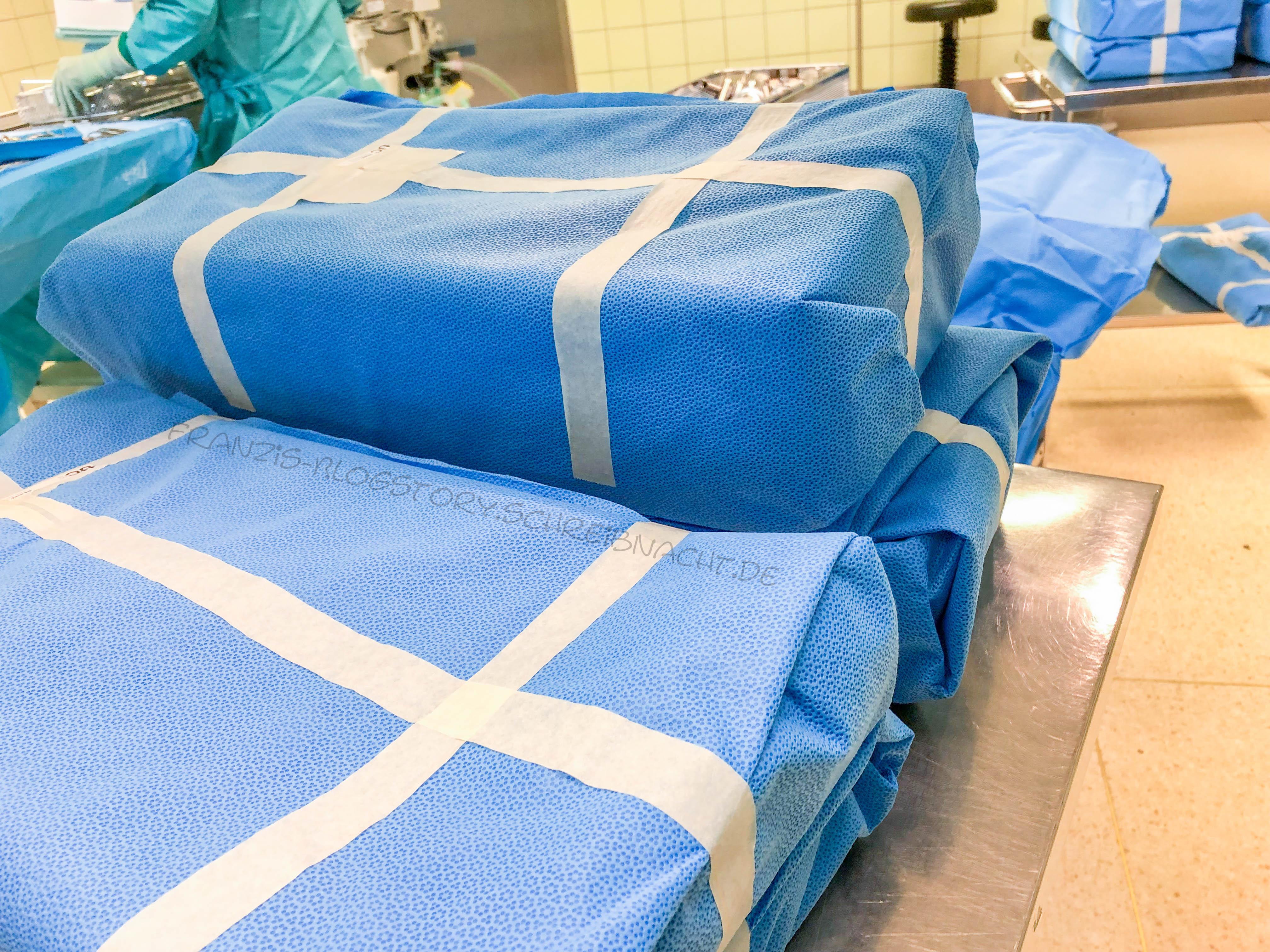 Sterile Instrumentensiebe in Weichverpackungen. Mit genügend Abstand werden diese vom Springer geöffnet und im Anschluss vom Instrumenteur entgegen genommen. Die Verpackung muss auf Perforationsstellen kontrolliert werden. franzis-Blogstory.schreibnacht.de