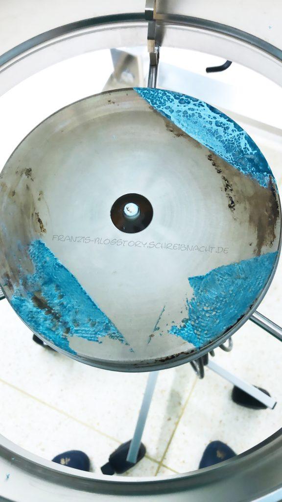 Ein Schüsselständer bei dem in einer OP zu vor die sterilen Tücher etwas zu weit nach innen eingeschlagen wurden, sodass sie geschmolzen sind. franzis-Blogstory.schreibnacht.de