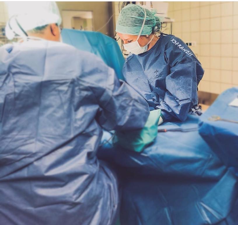 Ich als Instrumentierende und erste Assistenz bei einer Arm-Operation.
