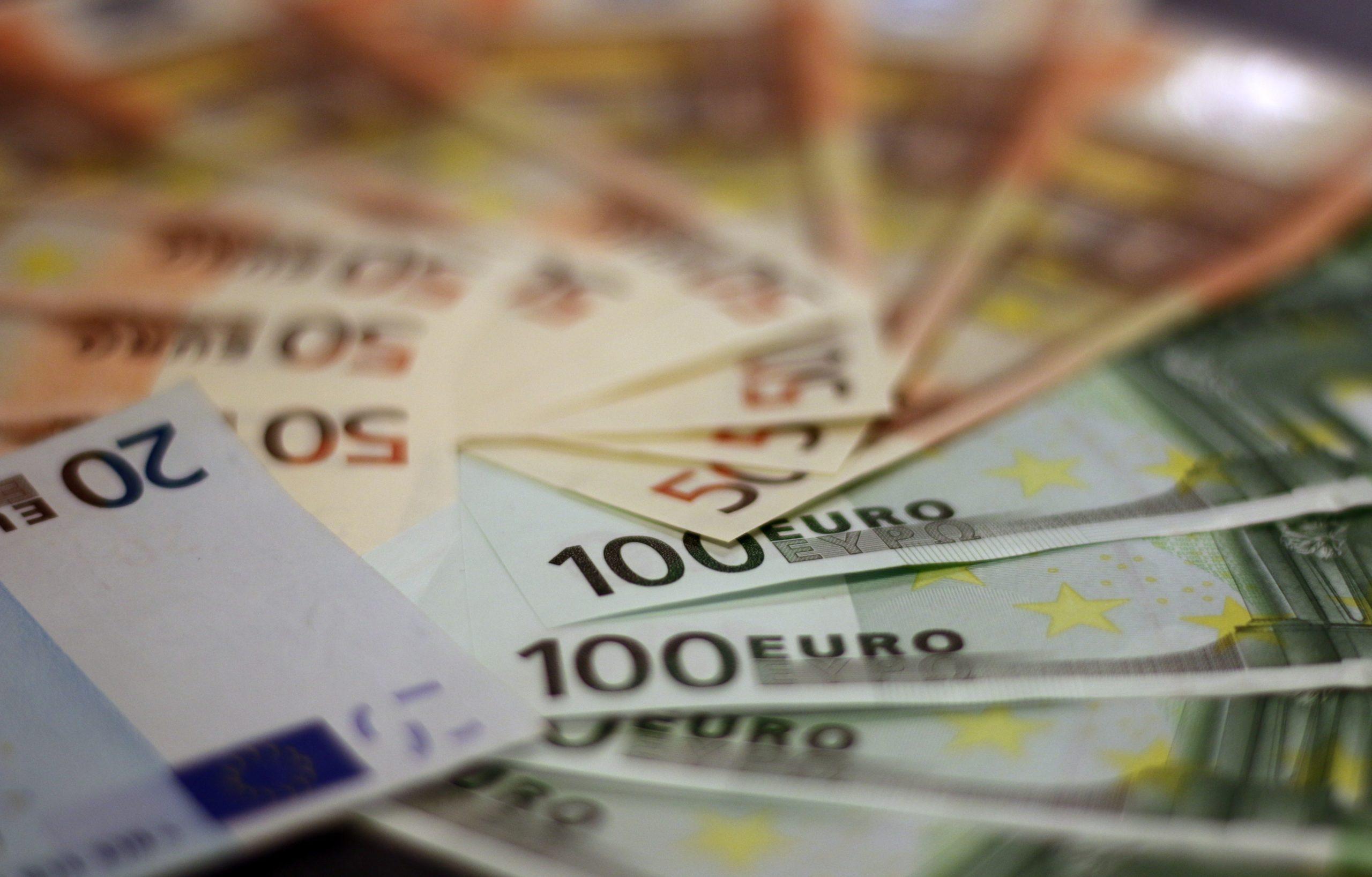 https://www.pexels.com/de-de/foto/fan-von-verschiedenen-euro-banknoten-259100/